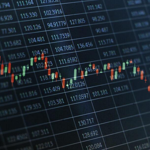 Automação financeira: painel com números e uma linha formada por luzes verdes e vermelhas indicando aumento e queda.
